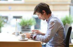 Νέοι άτομο μόδας/hipster καφές espresso κατανάλωσης Στοκ φωτογραφία με δικαίωμα ελεύθερης χρήσης