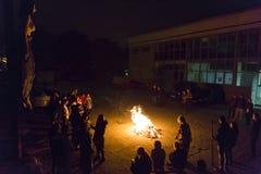 Νέοι έφηβοι που ρίχνουν στην πυρκαγιά τους φόβους τους στοκ εικόνα με δικαίωμα ελεύθερης χρήσης