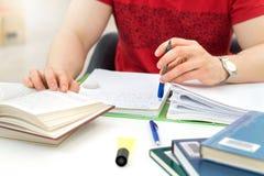 Νέοι αθλητικοί άτομο και σπουδαστής που μελετούν και σημειώσεις γραψίματος Στοκ φωτογραφία με δικαίωμα ελεύθερης χρήσης