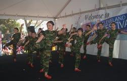 Νέοι ακροβάτες σε ένα ασιατικό φεστιβάλ στοκ φωτογραφία