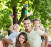 Νέοι ανεμόμυλοι οικογενειακού παιχνιδιού με τα παιδιά Στοκ εικόνα με δικαίωμα ελεύθερης χρήσης