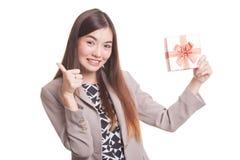Νέοι ασιατικοί αντίχειρες γυναικών επάνω με ένα κιβώτιο δώρων Στοκ Φωτογραφίες