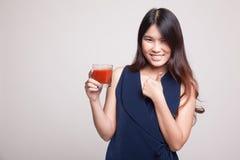 Νέοι ασιατικοί αντίχειρες γυναικών επάνω με το χυμό ντοματών Στοκ εικόνες με δικαίωμα ελεύθερης χρήσης