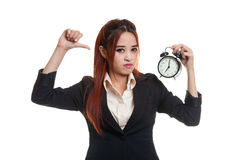Νέοι ασιατικοί αντίχειρες επιχειρησιακών γυναικών κάτω με ένα ρολόι Στοκ εικόνες με δικαίωμα ελεύθερης χρήσης