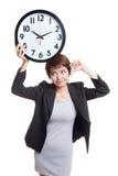 Νέοι ασιατικοί αντίχειρες επιχειρησιακών γυναικών κάτω με ένα ρολόι Στοκ φωτογραφία με δικαίωμα ελεύθερης χρήσης