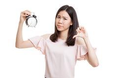 Νέοι ασιατικοί αντίχειρες επιχειρησιακών γυναικών κάτω με ένα ρολόι Στοκ εικόνα με δικαίωμα ελεύθερης χρήσης