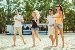 Νέοι αστείοι τύποι στα γυαλιά ηλίου στην παραλία Φίλοι από κοινού Στοκ εικόνα με δικαίωμα ελεύθερης χρήσης