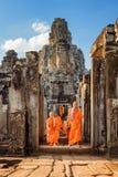 Νέοι βουδιστικοί μοναχοί που βγαίνουν από το ναό Bayon σε Angkor Thom Στοκ φωτογραφία με δικαίωμα ελεύθερης χρήσης