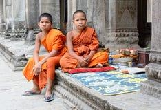 Νέοι βουδιστικοί μοναχοί σε Angkor Wat Στοκ Φωτογραφία