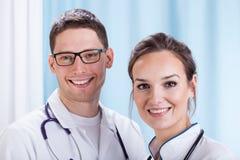 Νέοι γιατροί που εργάζονται στο νοσοκομείο Στοκ Εικόνα
