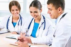 Νέοι γιατροί στοκ εικόνα με δικαίωμα ελεύθερης χρήσης