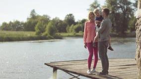 Νέοι γονείς με το γιο τους στη λίμνη απόθεμα βίντεο