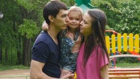 Νέοι γονείς που φιλούν την κόρη τους απόθεμα βίντεο