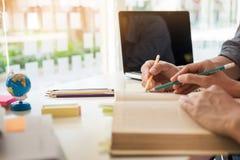 Νέοι γυναίκα και άνδρας που μελετούν για μια δοκιμή έναν διαγωνισμό Ο δάσκαλος κρατά τα WI Στοκ φωτογραφίες με δικαίωμα ελεύθερης χρήσης