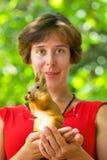 Νέοι γυναίκα και σκίουρος Στοκ φωτογραφία με δικαίωμα ελεύθερης χρήσης