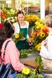 Νέοι γυναικών πελάτες ανθοπωλείων ανθοκόμων τέμνοντες Στοκ Εικόνες