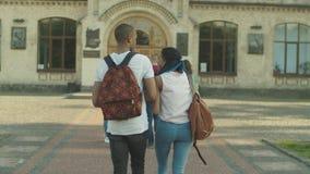 Νέοι διαφορετικοί φοιτητές πανεπιστημίου που πηγαίνουν να μελετήσει φιλμ μικρού μήκους