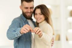 Νέοι εγχώριοι ιδιοκτήτες Νέο κλειδί σπιτιών εκμετάλλευσης ζεύγους στοκ εικόνες