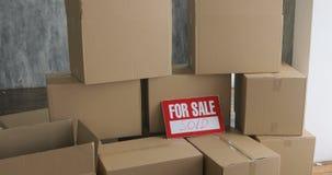 Νέοι εγχώριοι ιδιοκτήτες που ανοίγουν τα κιβώτια κινούμενη έννοια ημέρας μεγάλα κουτιά από χαρτόνι στο νέο σπίτι φιλμ μικρού μήκους