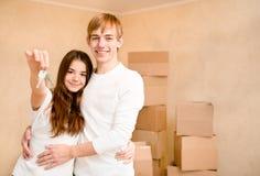Νέοι εγχώριοι ιδιοκτήτες με το κλειδί Στοκ φωτογραφία με δικαίωμα ελεύθερης χρήσης
