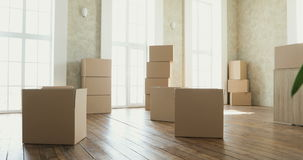Νέοι εγχώριοι ιδιοκτήτες που ανοίγουν τα κιβώτια, μεγάλα κουτιά από χαρτόνι στο νέο σπίτι Κίνηση προς μια νέα έννοια διαμερισμάτω απόθεμα βίντεο