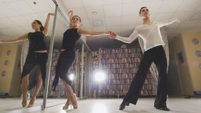 Νέοι ελκυστικοί άνδρας και γυναίκα που χορεύουν και που προετοιμάζουν το λατινοαμερικάνικο χορό στα κοστούμια στο στούντιο, ανταν στοκ φωτογραφία με δικαίωμα ελεύθερης χρήσης