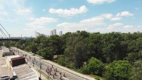 Νέοι ελκυστικοί αρσενικοί και θηλυκοί αναβάτες ποδηλάτων στη φωτεινή activewear οδήγηση στο δρόμο κατά μήκος της περιοχής τουριστ φιλμ μικρού μήκους