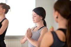 Νέοι ελκυστικοί γυναίκα και σπουδαστές που κάνουν την άσκηση περισυλλογής στοκ εικόνα