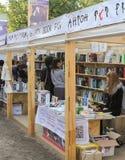 Νέοι ενδιαφερόμενοι στα βιβλία Στοκ εικόνες με δικαίωμα ελεύθερης χρήσης