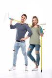 Νέοι επαγγελματικοί κύλινδροι χρωμάτων εκμετάλλευσης ζευγών που απομονώνονται στο λευκό Στοκ φωτογραφία με δικαίωμα ελεύθερης χρήσης