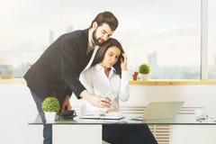 Νέοι επιχειρηματίας και γυναίκα που χρησιμοποιούν το κινητό τηλέφωνο Στοκ Εικόνα
