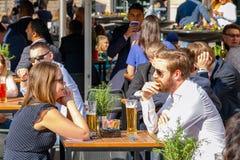Νέοι επιχειρηματίας και επιχειρηματίες που πίνουν συσκευασμένο σε έναν υπαίθριο Στοκ Εικόνες