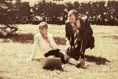 Νέοι επιχειρηματίες με το lap-top σε ένα πάρκο πόλεων Στοκ φωτογραφία με δικαίωμα ελεύθερης χρήσης