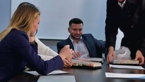 Νέοι επιχειρηματίες που έχουν το μεσημεριανό γεύμα μαζί στην αρχή απόθεμα βίντεο