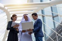 Νέοι επιχειρηματίες που αναθεωρούν και που συζητούν τις επιχειρησιακές δυνατότητες Στοκ εικόνα με δικαίωμα ελεύθερης χρήσης
