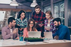Νέοι επιχειρηματίες που εργάζονται στο γραφείο και που χρησιμοποιούν τα lap-top στο tra στοκ εικόνες