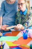 Νέοι επιχειρηματίες που εργάζονται στο γραφείο στο νέο πρόγραμμα νεολαίες επιχειρηματιώ&n Στοκ Φωτογραφίες