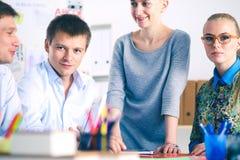 Νέοι επιχειρηματίες που εργάζονται στο γραφείο στο νέο πρόγραμμα νεολαίες επιχειρηματιώ&n Στοκ εικόνες με δικαίωμα ελεύθερης χρήσης