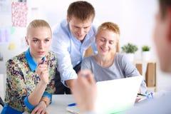 Νέοι επιχειρηματίες που εργάζονται στο γραφείο στο νέο πρόγραμμα νεολαίες επιχειρηματιώ&n Στοκ Φωτογραφία