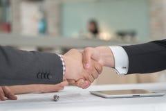 Νέοι επιχειρηματίες που τινάζουν τα χέρια ο ένας με τον άλλον στην επιχείρηση Στοκ φωτογραφία με δικαίωμα ελεύθερης χρήσης