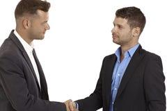 Νέοι επιχειρηματίες που τινάζουν τα χέρια στοκ φωτογραφία