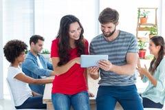 νέοι επιχειρηματίες που χρησιμοποιούν μια ταμπλέτα Στοκ Εικόνες