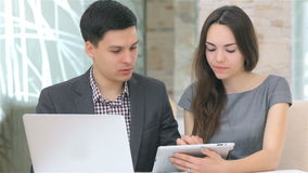 Νέοι επιχειρησιακοί άνδρας και γυναίκα που συζητούν την αντιπαραβολή απόθεμα βίντεο