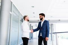 Νέοι επιχειρησιακοί συνάδελφοι Congrats μεταξύ τους στοκ εικόνα με δικαίωμα ελεύθερης χρήσης