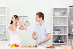 Νέοι εραστές που έχουν τη διαφωνία στην κουζίνα Στοκ φωτογραφία με δικαίωμα ελεύθερης χρήσης