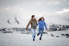 Νέοι εραστές που ξοδεύουν το χρόνο και που έχουν τη διασκέδαση στα βουνά στοκ φωτογραφία με δικαίωμα ελεύθερης χρήσης