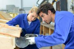 Νέοι εργαζόμενοι ζευγαριού που επεξεργάζονται προσεκτικά την υδρορροή στοκ φωτογραφία με δικαίωμα ελεύθερης χρήσης