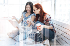 Νέοι εργαζόμενοι προοπτικής που εξετάζουν την οθόνη ενός lap-top Στοκ Εικόνες