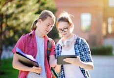 Νέοι ευτυχείς σπουδαστές με τα βιβλία και σημειώσεις στη πανεπιστημιούπολη Στοκ φωτογραφίες με δικαίωμα ελεύθερης χρήσης