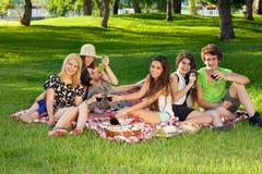 Νέοι εφηβικοί φίλοι που στο πάρκο Στοκ εικόνες με δικαίωμα ελεύθερης χρήσης